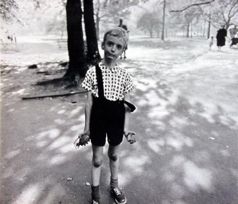 Arbus Diane, Bambino con granata giocattolo nel Central Park N.Y. 1962