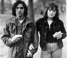 Giovane e la sua ragazza con hot dogs nel parco 1971