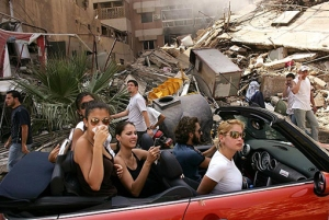 Spencer Platt, ragazze libanesi nel quartiere sud di Beirut.