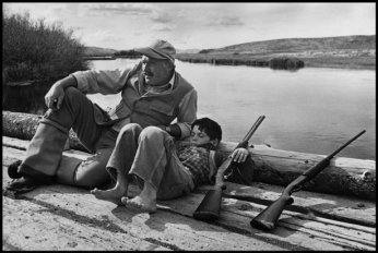 Hemingway con suo figlio Gregory, 1941. © ROBERT CAPA © 2001 By Cornell Capa / Magnum Photos